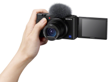 Sony ZV-1_Front_ON_Hand_02-Mid