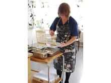 Birgitta Glada på Sekelbo äldreboende serverar mat utan matsvinn.