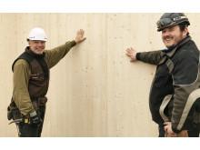 Kay-Uwe og Basil leder montering av NORDBOLIG sitt første prosjekt i massivtre.