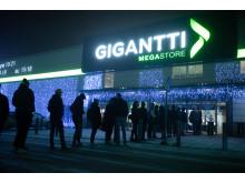 Ihmiset jonottivat Giganttiin Vantaan Tammistossa Black Friday -aamuna.
