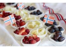 Legg fruktsalaten i muffinsformer på 17. mai