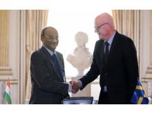 Professor VSS Kumar och rektor Anders Hederstierna skakar hand efter att ha signerat samarbetsavtalet