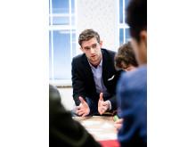 David, anställd på PE Accounting deltar som mentor i workshop med skolklass