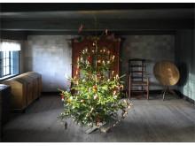 Juletræ i gård på Frilandsmuseet