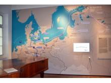 Ausstellungsraum mit visualisierter Reiseroute der Schumanns
