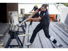 Pontus Skye in action i grenen Standing Block Chop. Foto: STIHL Timbersports.