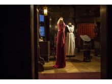 Klänning buren av Cora Crawley, grevinna av Grantham, samt en tjänsteflickas uniform