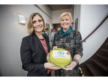 Förvaltningschef Annika Källsson tar emot årets skolledartårta av Mona Danielsson-Libeck