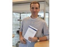Etienne Behar, IRF, när han spikat sin avhandling vid Institutet för rymdfysik i Kiruna.