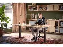 Fast skrivbord med svart T-stativ och förvaringsmöbler i ek - Modulus