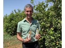 Honestin perustaja Seth Goldman sai käsiinsä Suomessa lanseerattavat juomat  vieraillessaan espanjalaisella luomusitruunatilalla.