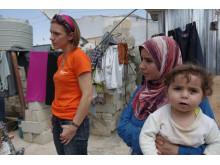 SOS-Mitarbeiterin mit syrischer Flüchtlingsfamilie im Libanon