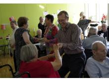 Der blev danset godt igennem til åbningen af beboerbaren på Langagergård Plejecenter