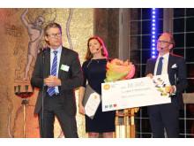 Kristen Hovland, daglig leder i Keep-it Technologies mottar prisen for Local EAT Award 2015 fra administrerende direktør i Nordic Choice Hotels, Torgeir Silseth og administrerende direktør i NHO, Kristin Skogen Lund.