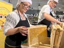 Biodlare Anita Thomsson slungar honung på Coop Forum Visby