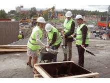 Äldreminister Maria Larsson (KD) tar första spadtaget i Flemingsberg