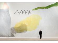 Jongsuk Yoon vid en av sina väggmålningar på Nordiska Akvarellmuseet