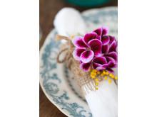 Dukningsförslag med ängla-/pensepelargon i servietten