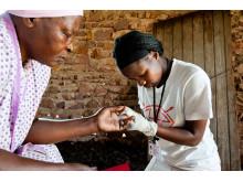 En hälsoarbetare genomför ett hivtest hemma hos in kvinna i KwaZulu-Natal, Sydafrika.