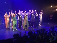 Glada hudik-ensemblen sjunger tillsammans med publiken i Trollkarlen från Oz