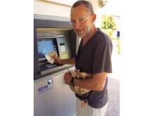 Kl. 10.14 mandag formiddag satte Jan Petersen fra Kulhuse sit kreditkort i hæveautomaten på Sunwing Family Resort Kallithea. Et halvt minut efter stod han med 250 euro i hånden.