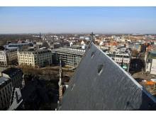 Blick auf das Spitzdach der Thomaskirche