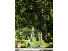 Fizzy LOVE med äpplen och glas, stående bild