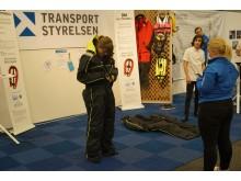 Flytoverall DM i Göteborg. Tävling om att på snabbast tid klä på och av sig en flytoverall.