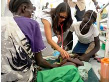 Joanne Liu (mitten) udnersöker ett barn med malaria i Sydsudan i oktober 2015.