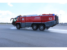 Brannbil vanner asfalt ved OSL