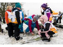 Alla på snö, barn får hjälp med skidor