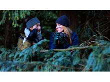 Ayse (Amine Kromann Karacan) og Ida (Nanna Rylander Johansen) kommer på noget af en opgave i julekalenderen Helt fint