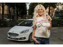 Maria Montazami kör runt i Stockholm med Ford Fiesta i ny tv-serie