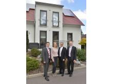 Familie Dawo und Dr. Gerrit Michelfelder vor einem Town & Country Musterhaus