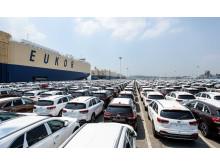 Kia-bilar modellår 2015 väntar på skeppning från hamnen i Pyeongtaek