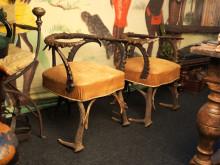 Karmstolar, ett par, delvis utförda i horn av bergsget, sekelskifte 1800/1900 hos Larssons Antik.