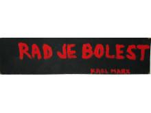 Mladen Stilinovic, Rad je bolest (Karl Marx) / Arbete är sjukdom, 1981, akryl på pappskiva, 16 x 58 cm