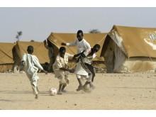 Barn i Tchad spelar fotboll med en boll från UNICEF