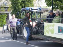 Jessica Reslow guidar på Äppelblomssafari på Kiviks musteri.