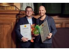 Peter Andersson, ansvarig för NetOnNets samtliga kanaler och kundmötet på NetOnNet och Martin Richardsson, ny e-handelschef på NetOnNet på plats för att ta emot utmärkelserna