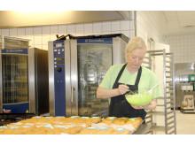 Køkkenleder på Langagergård Plejecenter Kitt Steenberg ses her i aktion i køkkenet på plejecenteret.