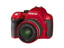Pentax K-50 röd snett framifrån