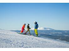 Far og børn på ski i Vemdalen