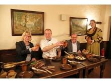 """v.l.: Evelyn Grahl, Küchenchef Dirk Büchel, Torsten Grahl und Maria Pöschel präsentieren im Gasthaus """"Barthels Hof"""" das Familienessen wie zu Luthers Zeiten"""