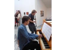 Max och Lucas Ljung musicerar vid vernissage 2015