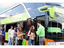 FlixBus passagerare förbereder sig att stiga ombord