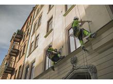 Reparbetare utför fasadreparationer
