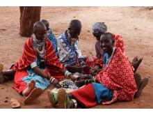 Massajer gör armband för jämställt bistånd