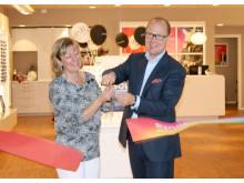Butikschef Lotta Frithiof och Roland Olsson, vd för Synoptik, invigde butiken i Stenungsund.