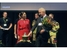 H.K.H. Kronprinsessan Victoria delar ut priset till  Årets Räddningstjänst.